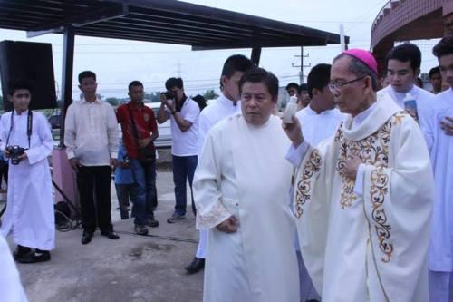 Ang Arsobispo ng San Fernando, Most Rev. Paciano Aniceto, D.D. habang binabasbasan ang parkeng ipinangalan kay Luis Taruc.  Mula sa Philippine Information Agency Gitnang Luzon.
