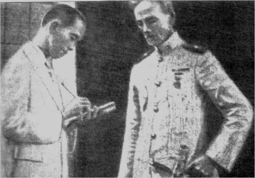 Si Antonio Abad habang kinakapanayam si Pedro Janolino ukol sa pagkamatay ni Heneral Antonio Luna.  Mula kay Dr. Vic Torres.