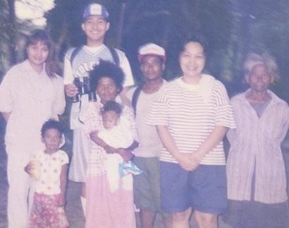 Sina Xiao Briones Chua, Christy Briones at Mercy Briones-Manlutac kasama ang ating mga kababayang Aeta sa Sta. Juliana, Capas, ang gateway patungong Mt. Pinatubo.