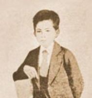 Ang unang larawan ni Rizal sa kanyang uniporme sa Ateneo de Manila.  Mula sa Vibal Foundation.