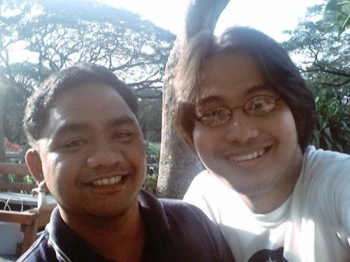 Si Xiao Chua at Dr. Lars Raymund Ubaldo sa tamabayan ng kanilang organisasyon UP Lipunang Pangkasaysayan sa UP Diliman, January 10, 2005.  Kapwa sila ngayon nagtuturo sa De La Salle University.  Mula sa Sinupan ng Aklatang Xiao Chua.