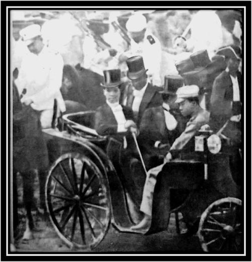 Si Heneral Antonio Luna sa likuran ni Pangulong Heneral Emilio Aguinaldo sa pagpapasinaya ng Kongreso ng Malolos, September 15, 1898.  Mula kay Dr. Vic Torres.