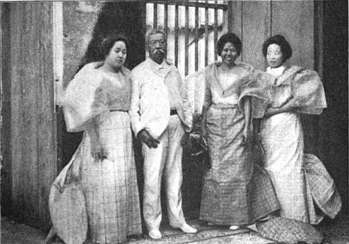 Si Felipe Buencamino at ang mga anak niyang babae sa kanyang tahanan sa San Miguel de Mayumo, Bulacan.  Kuha ng Kapaskuhan, 1904.  Mula kay Arnaldo Dumindin.