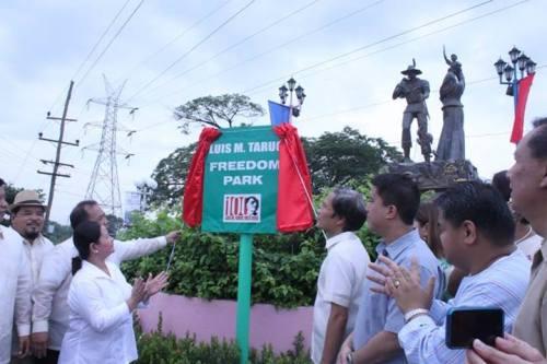 Pinangunahan ni Gobernador Lilia Pineda at Dr. Ferdinand Llanes ang paghahawi ng tabing para sa parke.  Mula sa Philippine Information Agency Gitnang Luzon.