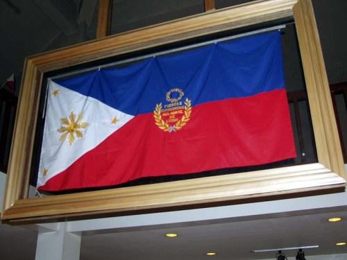 Ang replica na ginawa ni Dekana Lydia Arribas ng Unibersidad ng Pilipinas, nakaharap ang inskripsyon na Fuerzas-Expedicionarias-del-Norte-de-Luzon