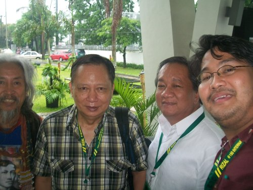 Si Xiao Chua, kasama sina Kidlat Tahimik, Vivencio Jose at Jimuell Naval sa International Rizal Conference sa UP Asian Center, June 2011.  Mula sa Sinupan ng Aklatang Xiao Chua.