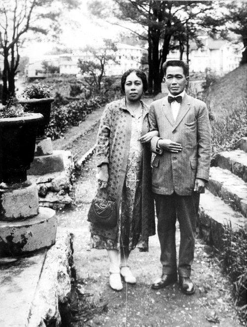 Si Gng. Maria Agoncillo-Aguinaldo sa kanilang honeymoon ni Heneral Emilio Aguinaldo sa Baguio, July 1930.  Mula kay Arnaldo Dumindin.