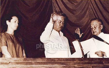 Si Cesar Virata habang nanunumpa bilang primer ministro habang nakamasid ang kanyang kabiyak na si Joy, isang aktres sa teatro, sa Batasang Pambansa.  Mula sa Philippine Star.