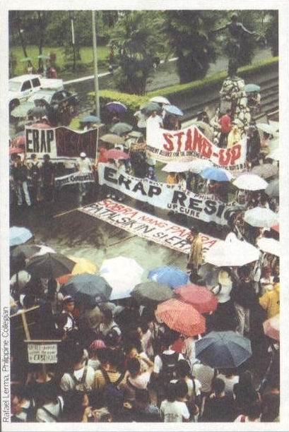 Ang mga taga-UP noong panahon ng protesta laban sa Pangulong Joseph Ejercito Estrada na nagbunsod sa EDSA Dos, 2001.
