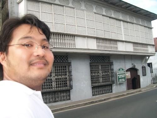 Si Xiao Chua sa Dambanang Pangkasaysayang Marcela Agoncillo sa Taal Batangas, February 2011.  Mula sa Sinupan ng Aklatang Xiao Chua.