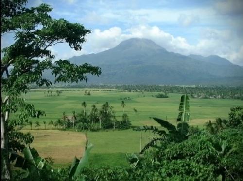 Mt. Pinatubo bago ang pagsabog ng 1991.  Mula sa Juan D. Nepomuceno Center for Kapampangan Studies ng Holy Angel University.
