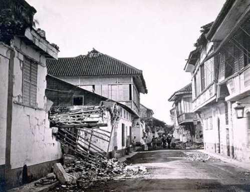 Larawan ng nagibang bahay noong lindol ng 1880.  Mula sa hispanofilipino.comoj.com.