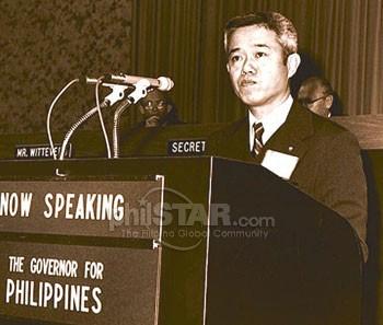 Si Propersor at Ministro Cesar Virata habang nagsasalita sa isang pandaigdigang pulong.  Mula sa The Philippine Star.