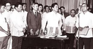Si Pangulong Marcos kasama ang teknokrat na si Virata at iba pang bahagi ng pamahalaan.