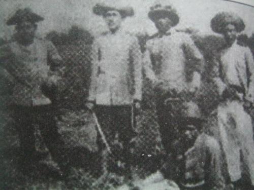 Pinaniniwalaang ang rebolusyunaryong may espada ay si Teodorico Luna.  Mula kay Luis Tecson.