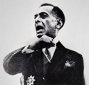 Si Pangulong Manuel Luis Quezon sa kanyang talumpating pampasinaya bilang Unang Pangulo ng Komonwelt ng Pilipinas, November 15, 1935 sa lumang gusali ng Kongreso sa Maynila.  Ito ang pinagbatayan ng sikat niyang monumento.