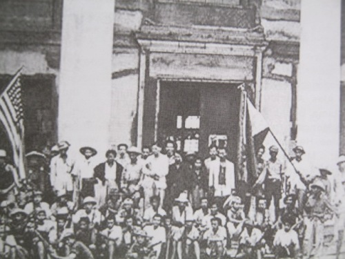 Ang pagpapalaya ng San Fernando, Pampanga mula sa Hapones ng mga Pilipinong gerilyang Huk bago pa dumating sina MacArthur, 1945.  Mula sa JDN Center for Kapampangan Studies ng Holy Angel University.