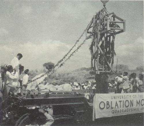 Paglilipat ng Oblation mula sa UP Manila patungong UP Diliman, 1949.  Mula sa UP Departamento ng Kasaysayan.