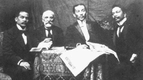 Ang mga Pilipinong diplomat sa Paris, Pransya, 1898-99. Mula sa kaliwa: Antonino Vergel de Dios, Ramon Abarca, Felipe Agoncillo, at Juan Luna.  Mula kay Arnaldo Dumindin.