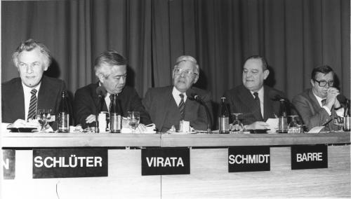 Si Virata sa gitna ng iba pang mga primer ministro sa daigdig, sa European Management Symposium ng World Economic Forum Annual Meeting 1983.  Mula sa Wikipedia.