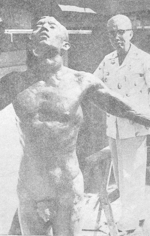 Si Guillermo Tolentino at ang kanyang obra maestrang Oblation.  Mula sa UP Departamento ng Kasaysayan.