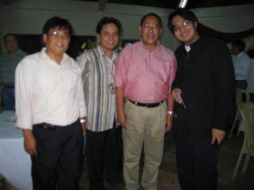 Si Senador Edgardo Angara, pinapagitnaan ni G. Ronnie Amuyot at ni Xiao Chua, Baler, Aurora, June 29, 2005.
