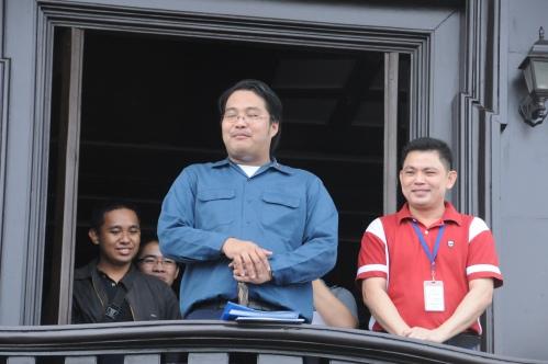 Sina Xiao Chua, John Ray Ramos at Joshua Duldulao ng AnakBayani, kasama si G. Angelo Jarin Aguinaldo sa balkonahe ng kasarinlan.