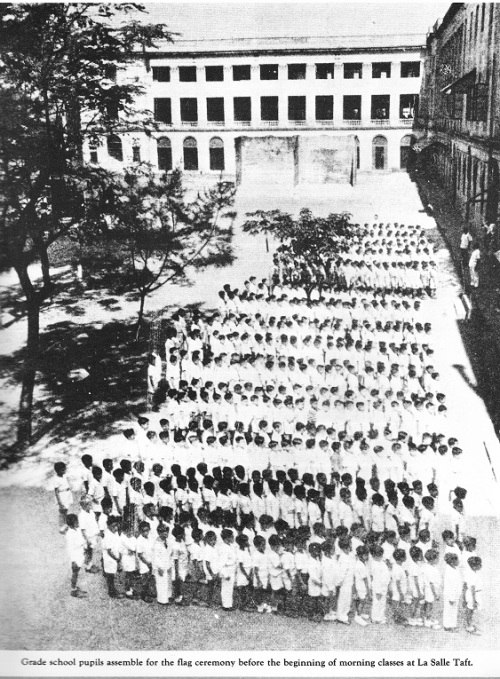 Ang mga estudyanteng lalaki ng DLSC ay nagtipon-tipon para sa flag ceremony.  Mula sa La Salle: 1911-1986.