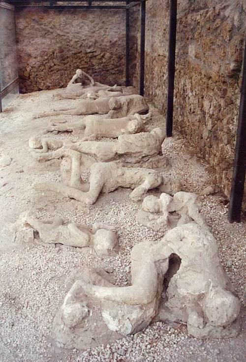 Mga natagpuang bangkay sa mga guho ng Pompeii sa pagsabog ng Bundok Vesuvius.  Mula sa blackrainbow.blackrainbow.blogspot.com.
