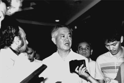 Si Primer Ministro Cesar Virata habang kinakapanayam ng mga kasapi ng media.  Mula sa mbc.com.ph.