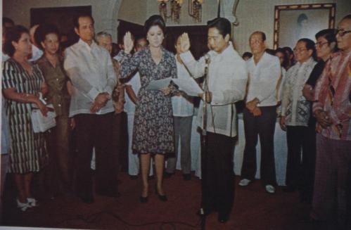 """Nang manumpa ang Unang Ginang Imelda Romualdez Marcos bilang tanging """"Gobernador ng Metropolitan Manila"""" noong November 7, 1975 sa Palasyo ng Malacanan."""