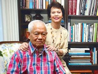 Si Cesar Virata kasama ang asawang si Joy.  Mula sa The Philippine Star.