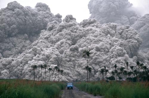 Isang sasakyang hinahabol ng pyroclastic clouds mula sa Pinatubo na nakamamatay.  Kuha ni Alberto Garcia ng Corbis.