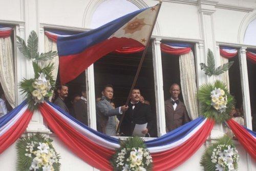 Pagsasadula ng proklamasyon ng Independencia mula sa bidyo ng pambansang awit pelikulang El Presidente.