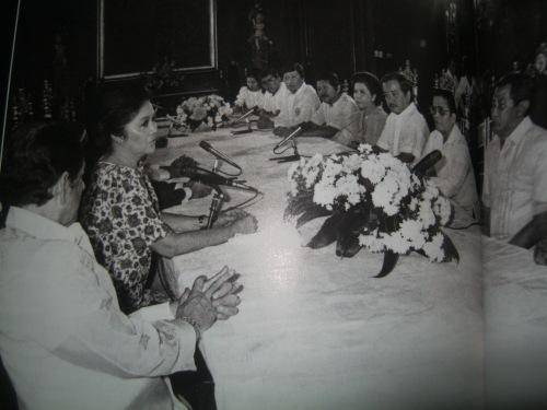 Si Imelda Marcos habang pinupulong ang mga alkalde ng Metropolitan Manila.  Naging makapangyarihan siyang gobernador hawak ang 15 % ng pambansang budget.    Mula sa tanggapan ni Speaker Sonny Belmonte.