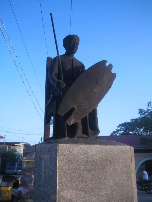 Monumento para kay Bambalito sa Plaza ng Macabebe.  Kuha ni Ian Christopher Alfonso ng Pambansang Suriang Pangkasaysayan ng Pilipinas.