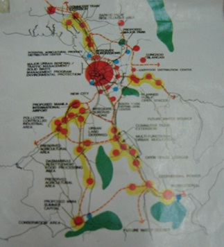 Mapa na nagpapakita ng planong pinalaking Metropolitan Manila na nakaharap kapwa sa Dagat Kanlurang Pilipinas (Look ng Maynila) at Karagatang Pasipiko (Infanta-Real, Quezon).  Mula sa Metropolitan Manila Development Authority Library).