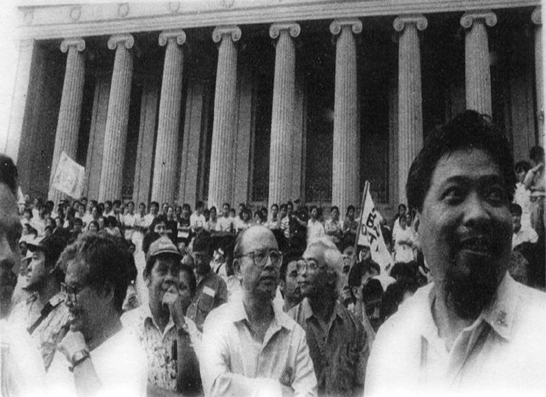 UP President Jose Abueva sa gitna ng isang kilos-protesta sa Liwasang