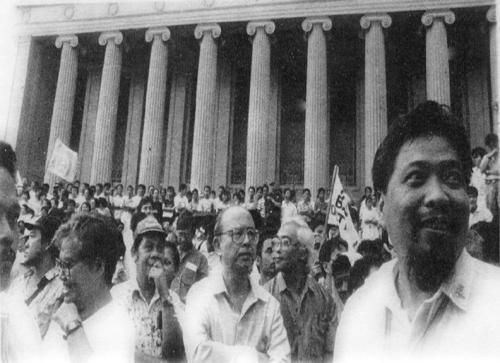 UP President Jose Abueva sa gitna ng isang kilos-protesta sa Liwasang Bonifacio laban sa Pangulong Marcos.  Mula sa Koleksyong Dante Ambrosio sa Aklatang Xiao Chua.