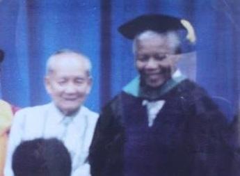 Si Nelson Mandela kasama ang kanyang idolong si Ka Luis Taruc.  Mula sa Philippine Information Agency Gitnang Luzon.