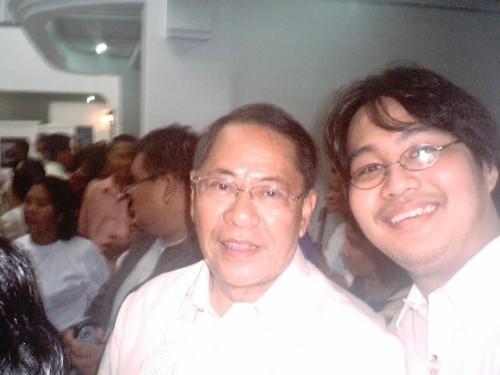 Si Xiao Chua kasama si Senador Edgardo J. Angara sa Museo de Baler, June 30, 2005.  Mula sa Sinupan ng Aklatang Xiao Chua.