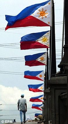 Mga watawat ng Pilipinas sa isang tulay sa Maynila.  Mula sa EPA.