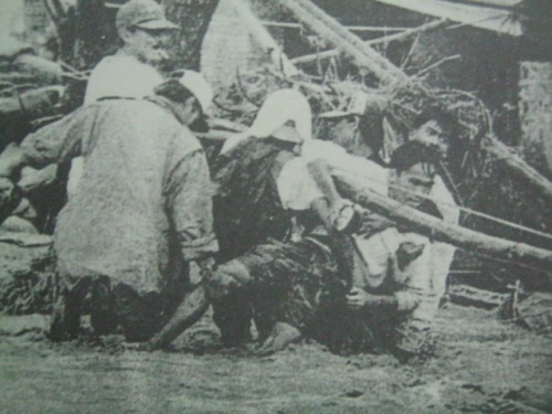 Ang mga taga-Bacolor habang nakakapit sa mga linya ng kuryente at pinipilit na makaligtas at hindi maanod sa lahar na rumagasa sa bayan noong October 1, 1995, apat na taon matapos na sumabog ang Pinatubo.  Marami ang nabaon ng buhay sa araw na iyon.  Mula sa Today.