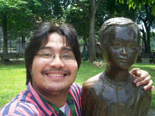 Si Xiao Chua at ang monumento ng batang Rizal sa Calamba.  Mula sa Sinupan ng Aklatang Xiao Chua.