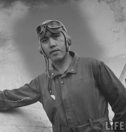 Bayani ng digmaan Jesus Villamor, sa kanya ipinangalan ang Villamor Air Base, ang punong himpilan ng Philippine Air Force.  Mula sa LIFE.