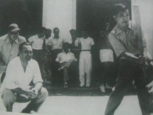 Ang naging grand old man of Philippine politics na si Lorenzo Tanada, na ipinaglaban tayo noong Panahon ni Marcos, bilang estudyante ng La Salle  na hawak ang batuta at naglalaro ng baseball.  Mula sa La Salle: 1911-1986.