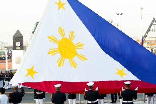 Para matigil ang away kung sky blue o navy blue ang tunay na kulay ng blue, ginawa na lamang royal blue ito noong 1998 Philippine Centennial.  Kaloka.  Pagtataas ng watawat sa Luneta, mula sa Philippine Daily Inquirer.