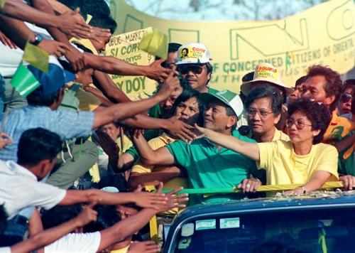 Si Doy Laurel, ang bise presidente ng EDSA, habang nangangampanya kasama ang Pangulong Cory Aquino noong 1986 Snap Presidential Elections.  Mula sa Washington Post.