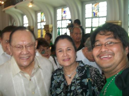 Si Xiao Chua kasama si Danding Cojuangco at kabiyak na si Gretchen Oppen Cojuangco noong Sentenaryo ng La Salle sa Pilipinas, June 16, 2011.  Mula sa Sinupan ng Aklatang Xiao Chua.