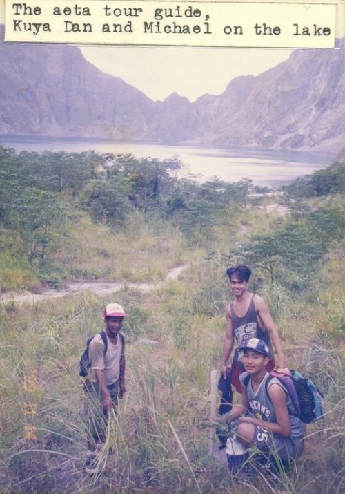 Si Xiao Chua, ang Aeta guide at pinsang si Danlord Briones. sa Bundok Pinatubo, November 1999.  Kuha ni Bob Sellars.
